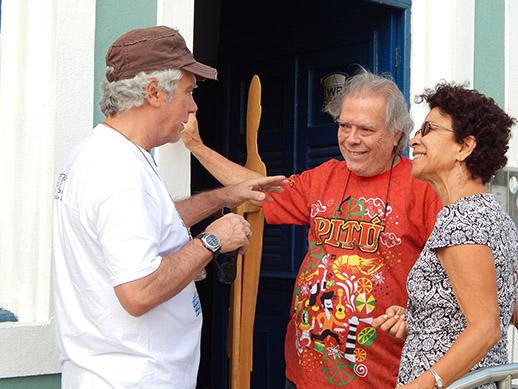 Em conversa com o amigo e colaborador do Projeto Bibiano Silva, o escultor, Augusto Ferrer junto ao presidente do Instituto Histórico e Geográfico de Vitória de Santo Antão (IHGVSA), Pedro Ferrer